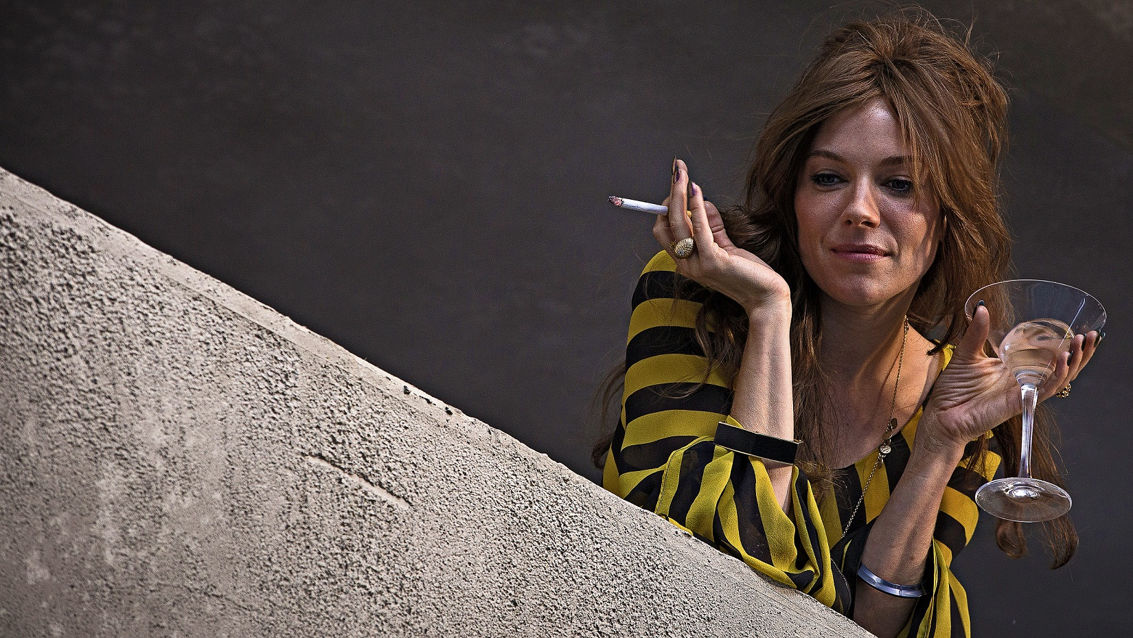 HIGH RISE Press Handout PR Images Film still Charlotte Melville (Sienna Miller)