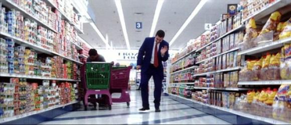 Barry staat blij te zijn in de supermarkt
