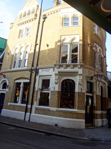 "The entrance to Bridget Jones' flat (left) and the entrance to ""The Globe"" pub (right). © Sonja Irani / filmfantravel.com"