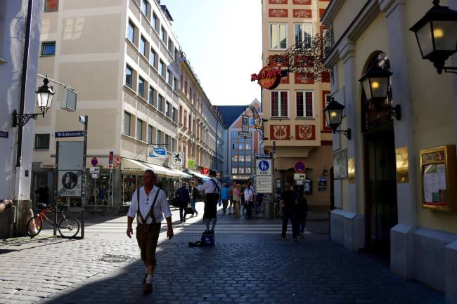 #OnlyInBavaria will you see a guy in Lederhosen just walking down the streets...