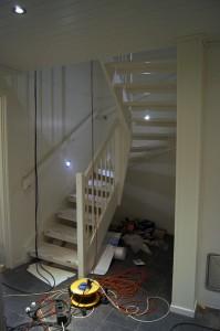 Trapp i kjeller med led spotter som lyser i trappeløp.