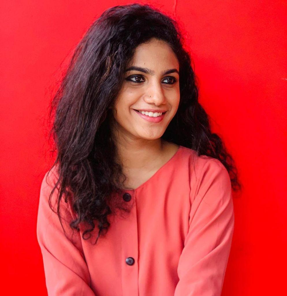 Deepa Thomas HD Photos, Biography, Wiki, Husband, Family, Instagram 2