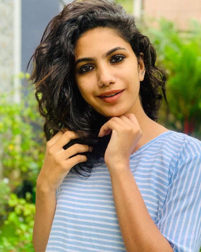 Deepa Thomas Gorgeous Photos, Biography, Wiki, Husband, Family, Instagram 20