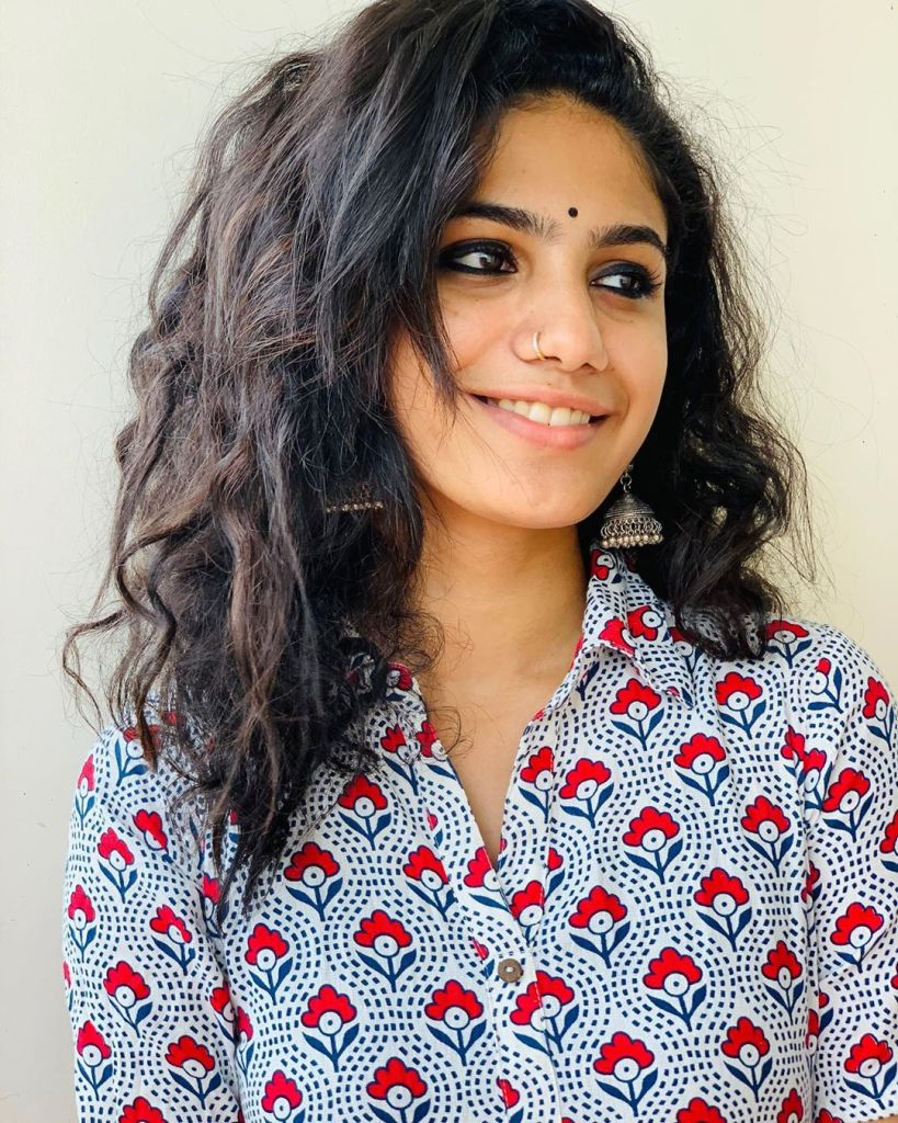 Deepa Thomas HD Photos, Biography, Wiki, Husband, Family, Instagram 15