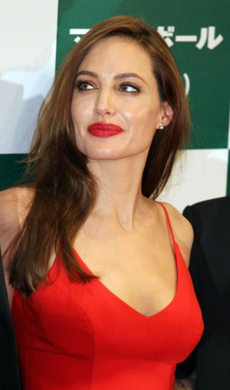 35+ Glamorous Photos of Angelina Jolie 34