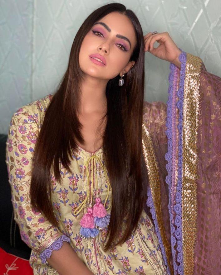 43+ Lovely Photos of Sana Khan 36