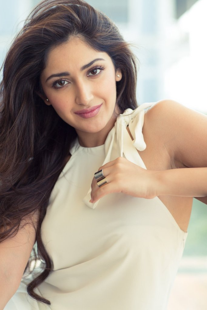 72+ Charming Photos of Sayesha Saigal 113