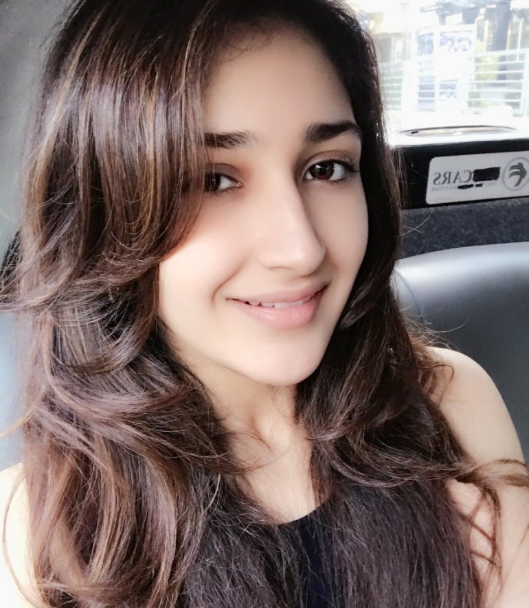 72+ Charming Photos of Sayesha Saigal 119