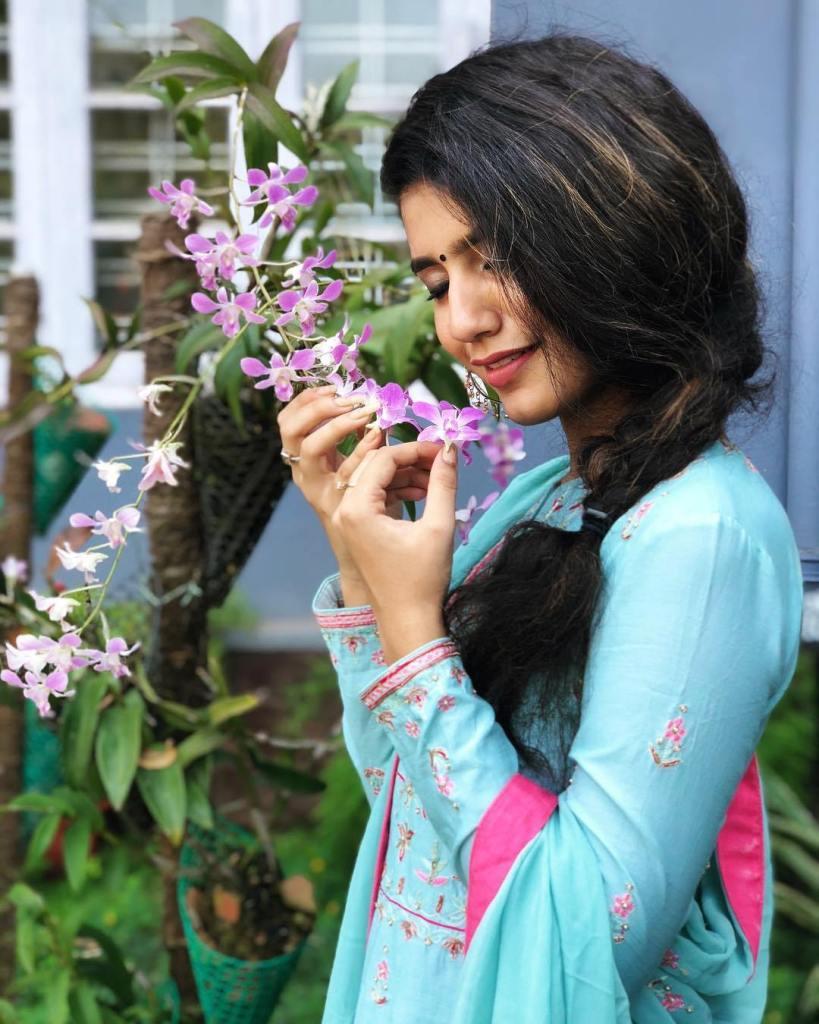 108+ Cute Photos of Priya Prakash Varrier 27