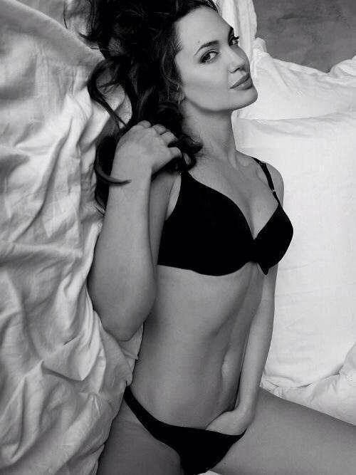 35+ Glamorous Photos of Angelina Jolie 16