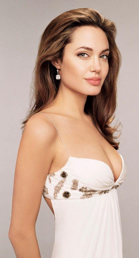35+ Glamorous Photos of Angelina Jolie 20