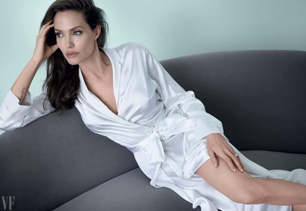 35+ Glamorous Photos of Angelina Jolie 28