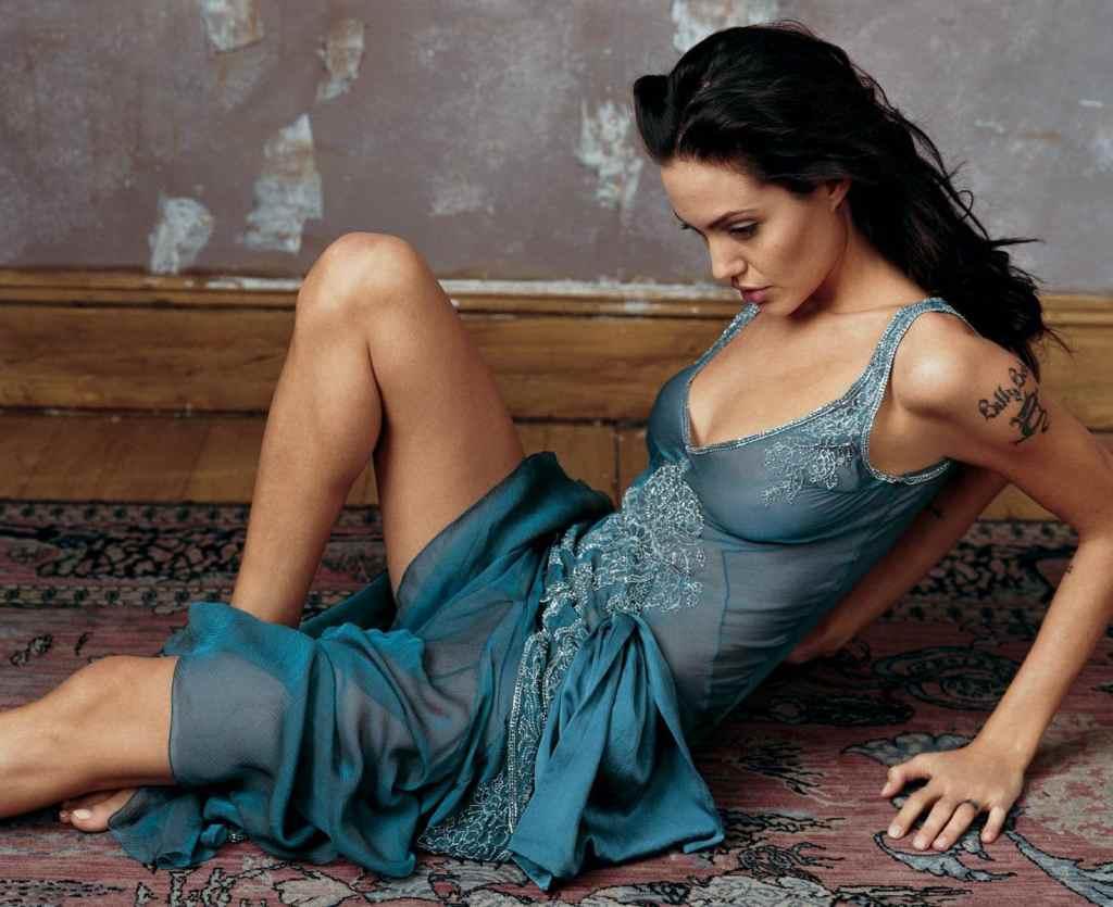 35+ Glamorous Photos of Angelina Jolie 29