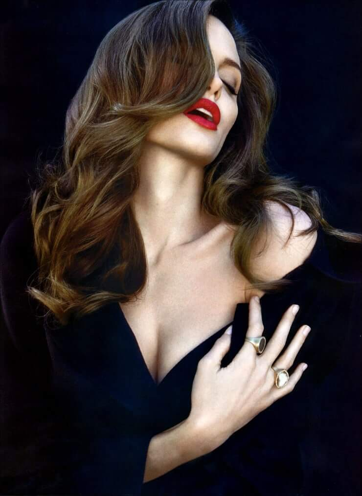 35+ Glamorous Photos of Angelina Jolie 11