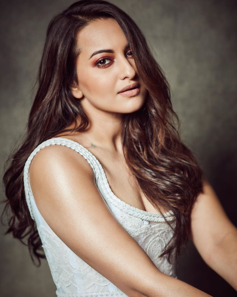 57+ Gorgeous Photos of Sonakshi Sinha 100