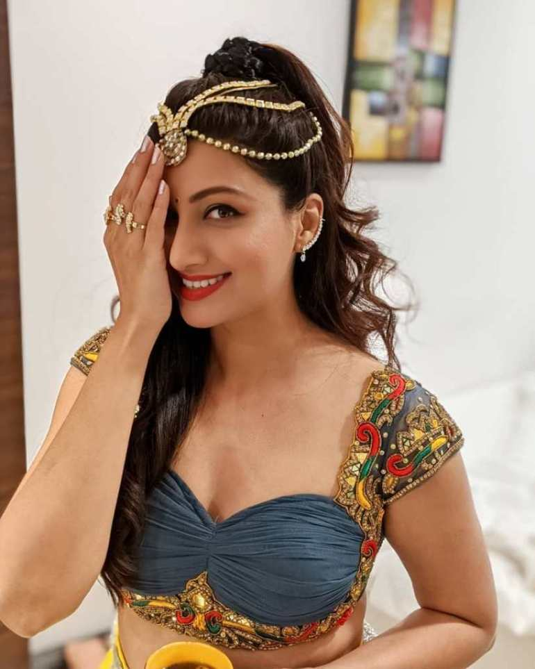 24+ Stunning Photos of Hamsa Nandini 21