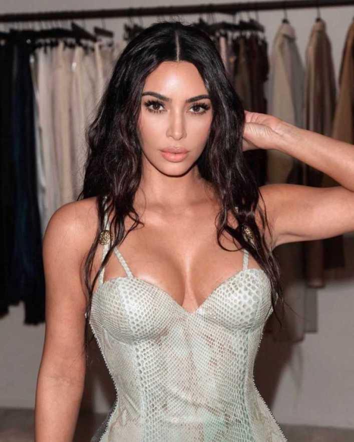 45+ Glamorous Photos of Kim Kardashian 27