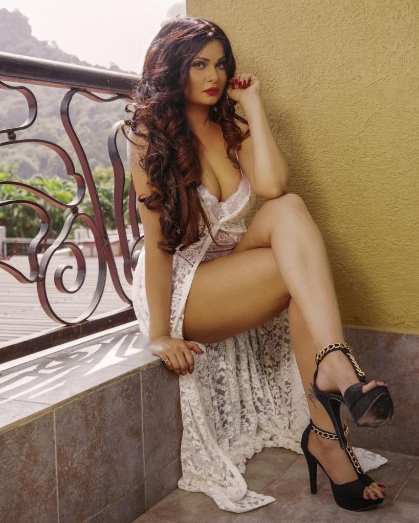 Aabha Paul Wiki, Biography and 57+ Glamorous Photos 18