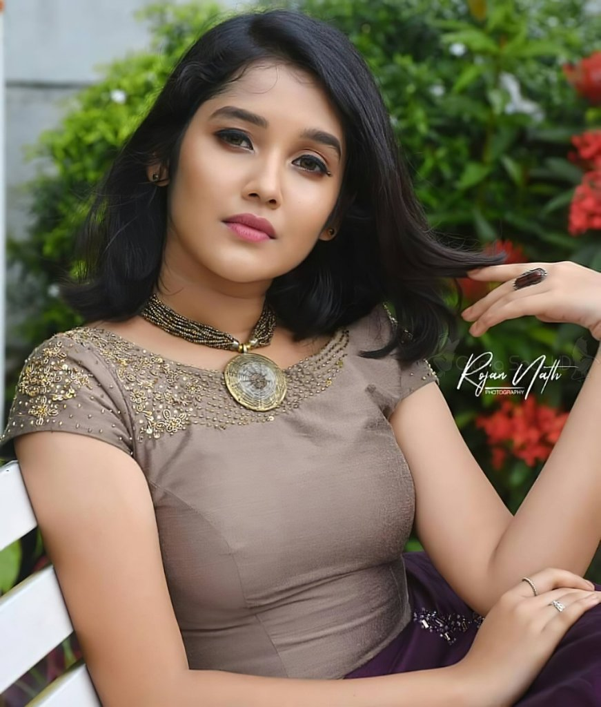 Anikha Surendran Wiki, Age, Biography, Movies and Beautiful Photos 28