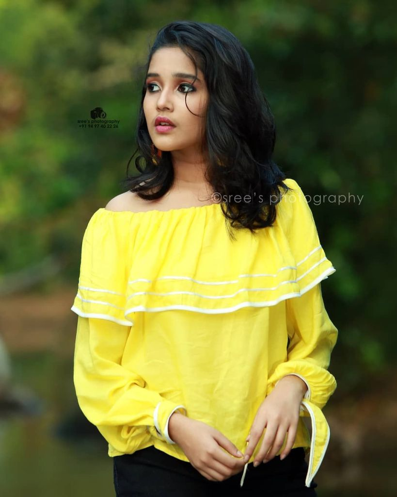 Anikha Surendran Wiki, Age, Biography, Movies and Beautiful Photos 31