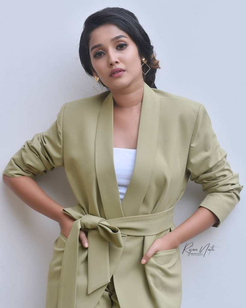 Anikha Surendran Wiki, Age, Biography, Movies and Beautiful Photos 6
