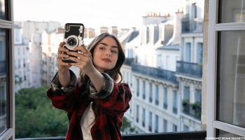 EMILY IN PARIS (L to R) LILY COLLINS as EMILY in episode 101 of EMILY IN PARIS Cr. STEPHANIE BRANCHU/NETFLIX © 2020