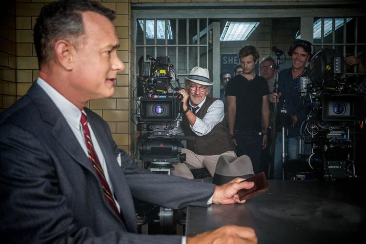 Bios başrolü Tom Hanks Steven Spielberg setinde.