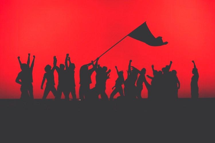«ΡΩΣΙΚΗ ΕΠΑΝΑΣΤΑΣΗ» Δραματουργία – Σκηνοθεσία: Τσέζαρις Γκραουζίνις ΒΑΣΙΛΙΚΟ ΘΕΑΤΡΟ