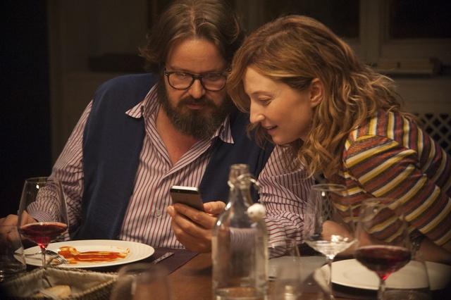 Jeden byt, parta starých přátel, mobilní telefony na stole. Jedinečná konverzační komedie Naprostí cizinci už ve středu ve Filmovém OKU Havlíčkův Brod