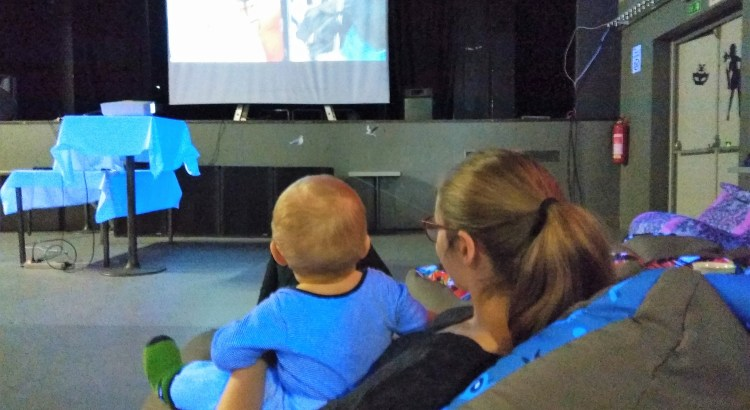 Maminka s miminkem sledují komedii na filmovém plátně v Klubu Oko Havlíčkův Brod