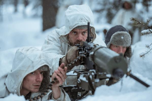 Vojáci s kulometem v zasněžené krajině v Zimní válce mezi Finskem a Sovětským svazem. Film Neznámý voják promítá Filmové OKO již tuto středu 8. května od 20:00