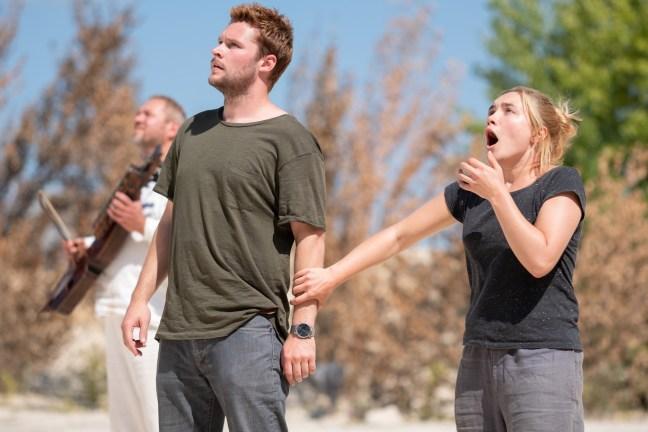 Florence Pugh a Jack Reynor v hlavních rolích hororu Slunovrat. Jak mávnutím kouzelného proutku se z krásného výletu stává horor a děs za bílého dne