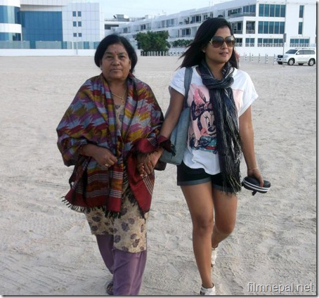 rekha-thapa-in-dubai-with-mother