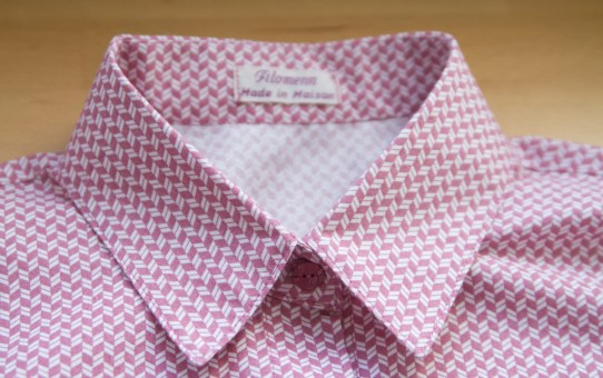 Le chemisier rose géométrique