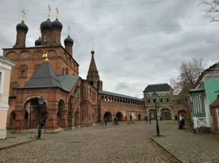 Одна из немногих сохранившихся мощёных улиц Москвы.