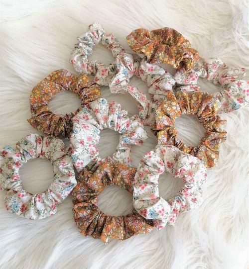 Chouchou orange ou blanc à petites fleurs