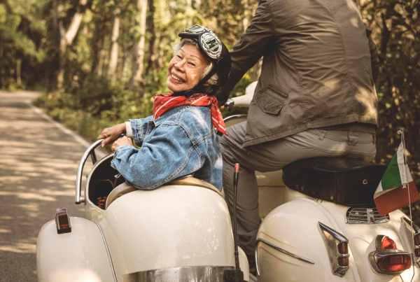 Casal Idoso Viajando de Scooter