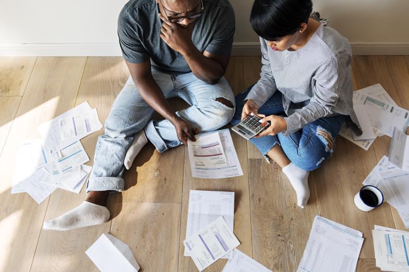 Casal gerenciando as dívidas