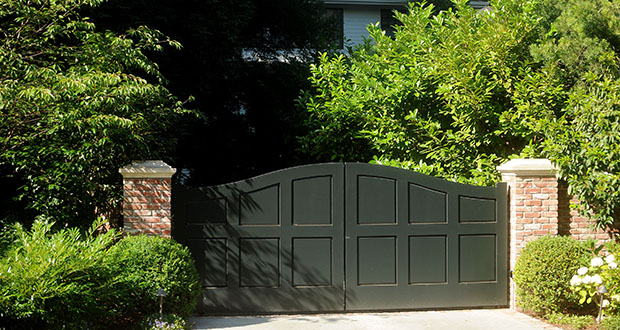 Vegetation covers the front of Facebook Inc.'s Chief Executive Officer Mark Zuckerberg's house in July 2012 in Palo Alto, California, U.S. The couple who lived directly behind the 31-year-old billionaire claim a developer secretly conspired with their real estate agent to acquire rights to their home and sell it to Zuckerberg in 2012. (Bloomberg file photo)