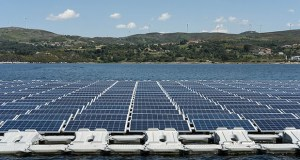 This June 20, 2018, photo shows solar panels floating at the Alto Rabago hydroelectric dam project dam in Alto Rabago, Portugal. Thailand plans to build 16 solar farms in nine of its hydroelectric dam reservoirs by 2037. (Bloomberg file photo)