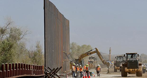 Government contractors erect a section of Pentagon-funded border wall along the Colorado River, Tuesday, Sept. 10, 2019 in Yuma, Arizona. (AP photo: Matt York)