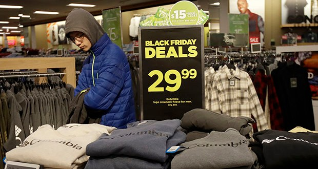 Steady job gains, a low unemployment rate and rising wages have lifted consumer confidence and economists expect this year's holiday shopping season to be a healthy one. In this Nov. 29 photo, customers shop at a Kohl's store in Colma, California. (AP file photo)