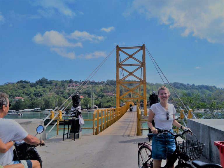 Bali Nusa Lembongan fietsen yellow bridge