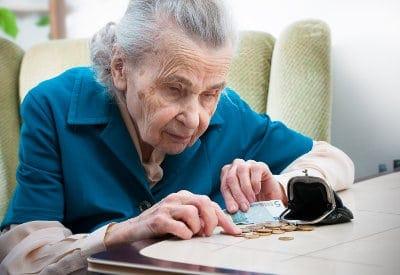 emerytka liczy pieniądze