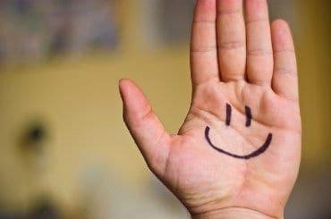 Uśmiech narysowany na dłoni