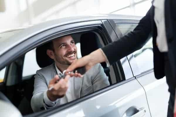 podawanie kluczyków do samochodu