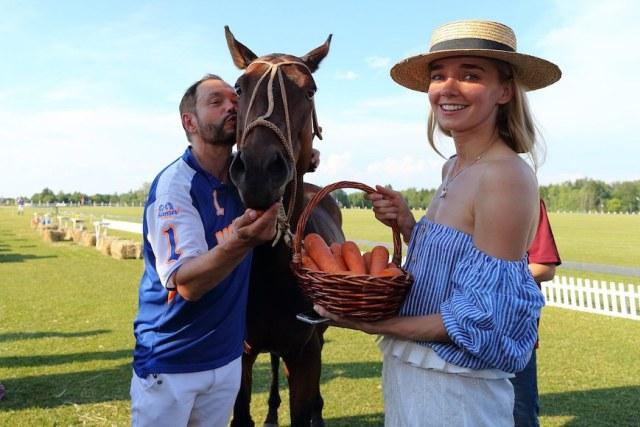 Лучший игрок турнира Глеб Фетисов, его поло-пони МиниМи и актриса Алена Чехова