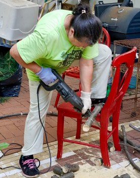 Fuerza, Maggie cortando la llena de pino/Power, Maggie sawing the pine branches she trimmed