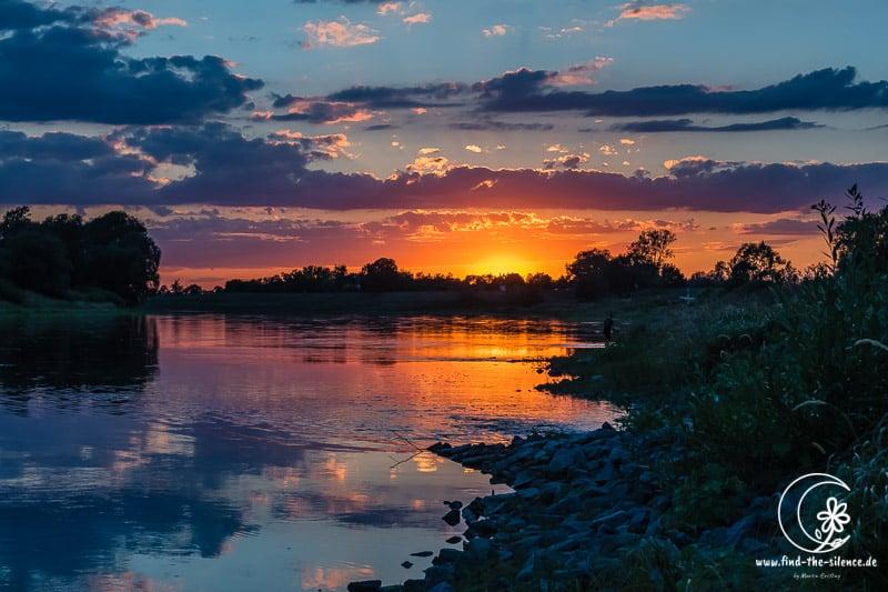 Sonnenuntergang mit Angler an der Elbe