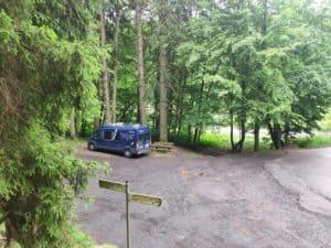Frei stehen im Spessart - Wanderparkplatz im Wald und am Bach